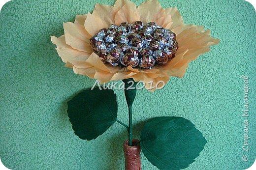 """Подсолнушек - добавочек к чемоданчику подарочному ( https://stranamasterov.ru/node/925420 ) - и цветочек, и сладкий сюрпризик. Высота - 50см, конфеты """"Фундук в шоколаде"""" - 37 шт. фото 2"""