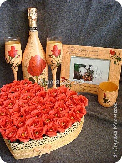 """Вот такой комплектик соорудился на заказ. Условия: персиковый цвет, красные розы - любит невеста, 5 дней - на всё, - от вынашивание идеи, подбора материалов до выдачи готового продукта, учитывая, что есть основное место работы и его никто не отменял.  Бутылка, бокалы, рамка под фото, подсвечник, """"сладкое """" сердечко (конфеты """"Миндаль в шоколаде"""" - при такой жаре, наверное, единственный вариант). Трещинки на кракелюре - золотые."""