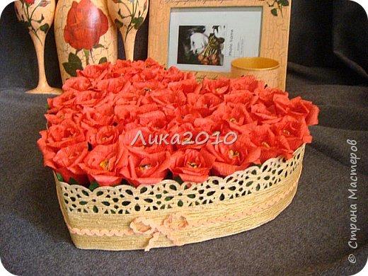 """Вот такой комплектик соорудился на заказ. Условия: персиковый цвет, красные розы - любит невеста, 5 дней - на всё, - от вынашивание идеи, подбора материалов до выдачи готового продукта, учитывая, что есть основное место работы и его никто не отменял.  Бутылка, бокалы, рамка под фото, подсвечник, """"сладкое """" сердечко (конфеты """"Миндаль в шоколаде"""" - при такой жаре, наверное, единственный вариант). Трещинки на кракелюре - золотые. фото 2"""
