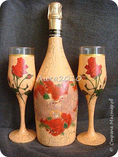 """Вот такой комплектик соорудился на заказ. Условия: персиковый цвет, красные розы - любит невеста, 5 дней - на всё, - от вынашивание идеи, подбора материалов до выдачи готового продукта, учитывая, что есть основное место работы и его никто не отменял.  Бутылка, бокалы, рамка под фото, подсвечник, """"сладкое """" сердечко (конфеты """"Миндаль в шоколаде"""" - при такой жаре, наверное, единственный вариант). Трещинки на кракелюре - золотые. фото 7"""