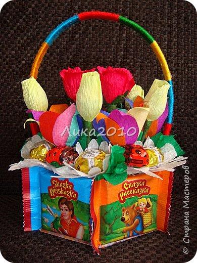 """Заказали корзинку со """"сладкими"""" цветами на днюху девочке 6 лет. Решила сделать и корзинку из конфет. Всего  31 конфетка: два вида карамелек по 5шт, 5 чупа-чупсов, два вида шоколадных конфет и немного желеек."""