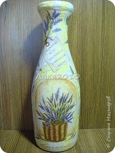 Жили-были пять бутылок, но не было подходящих ваз для цветов дома, на работе и у дочери в общаге..Налетело на женщину вдохновение...или зуд в руках напал ....И решила она превратить бутылочки в вазы. Для дочери сделала с картинками с картинками , характеризующими Англию: Биг-бен, двухэтажный автобус и т.п. (дочь на переводчика учится)...Не сфоткала, отправила посылкой, но дочь обещала фотку. На работу себе с букетиками в стиле ретро. Осеннюю- время года навеяло...Лавандовую - на подарок подруге.... а еще одна - полуфабрикат, не решена её доля..) фото 3
