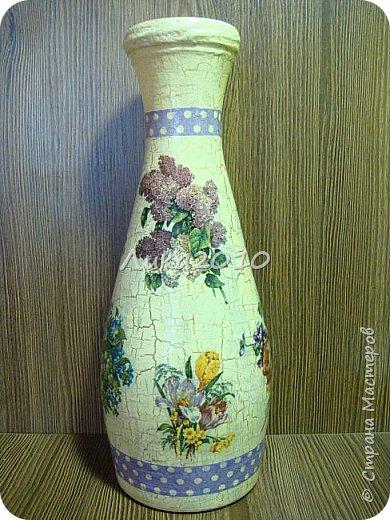 Жили-были пять бутылок, но не было подходящих ваз для цветов дома, на работе и у дочери в общаге..Налетело на женщину вдохновение...или зуд в руках напал ....И решила она превратить бутылочки в вазы. Для дочери сделала с картинками с картинками , характеризующими Англию: Биг-бен, двухэтажный автобус и т.п. (дочь на переводчика учится)...Не сфоткала, отправила посылкой, но дочь обещала фотку. На работу себе с букетиками в стиле ретро. Осеннюю- время года навеяло...Лавандовую - на подарок подруге.... а еще одна - полуфабрикат, не решена её доля..)
