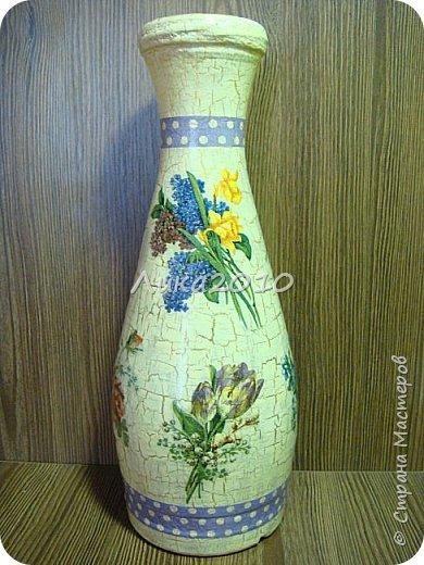 Жили-были пять бутылок, но не было подходящих ваз для цветов дома, на работе и у дочери в общаге..Налетело на женщину вдохновение...или зуд в руках напал ....И решила она превратить бутылочки в вазы. Для дочери сделала с картинками с картинками , характеризующими Англию: Биг-бен, двухэтажный автобус и т.п. (дочь на переводчика учится)...Не сфоткала, отправила посылкой, но дочь обещала фотку. На работу себе с букетиками в стиле ретро. Осеннюю- время года навеяло...Лавандовую - на подарок подруге.... а еще одна - полуфабрикат, не решена её доля..) фото 2