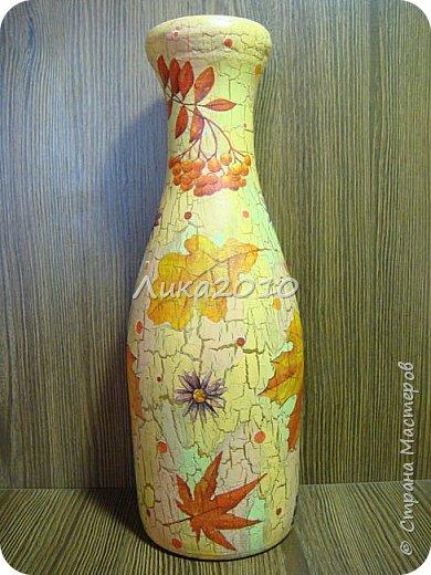 Жили-были пять бутылок, но не было подходящих ваз для цветов дома, на работе и у дочери в общаге..Налетело на женщину вдохновение...или зуд в руках напал ....И решила она превратить бутылочки в вазы. Для дочери сделала с картинками с картинками , характеризующими Англию: Биг-бен, двухэтажный автобус и т.п. (дочь на переводчика учится)...Не сфоткала, отправила посылкой, но дочь обещала фотку. На работу себе с букетиками в стиле ретро. Осеннюю- время года навеяло...Лавандовую - на подарок подруге.... а еще одна - полуфабрикат, не решена её доля..) фото 6
