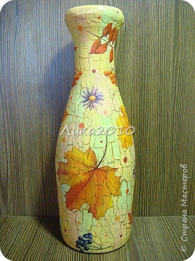 Жили-были пять бутылок, но не было подходящих ваз для цветов дома, на работе и у дочери в общаге..Налетело на женщину вдохновение...или зуд в руках напал ....И решила она превратить бутылочки в вазы. Для дочери сделала с картинками с картинками , характеризующими Англию: Биг-бен, двухэтажный автобус и т.п. (дочь на переводчика учится)...Не сфоткала, отправила посылкой, но дочь обещала фотку. На работу себе с букетиками в стиле ретро. Осеннюю- время года навеяло...Лавандовую - на подарок подруге.... а еще одна - полуфабрикат, не решена её доля..) фото 5