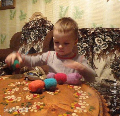 Были мы с внуком в гостях у подруги, (она работает в детском саду, и постоянно делает разные игрушки и методические материалы). Очень понравилась Мише  гусеница:  с удовольствием присоединял и отсоединял детальки. Не долго думая - и я решила связать что-то подобное. Заглянула в интернет... каких гусениц только нет.  фото 9