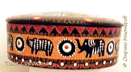 Продолжая африканскую тему для подарков дочери на день рождения, я покажу, что у меня получилось из обычной деревянной шкатулки, расписанной цветами в народном стиле. Процесс не снимала, но поверьте, что эта шкатулка годилась только на выброс.))) Побитая, поцарапанная и потресканная, но всё же деревянная. И я решила дать ей вторую жизнь. Клеила, шпаклевала, шкурила, но всё-равно дефекты были заметны, пришлось окрасить её в два слоя чёрной эмалью и рисунком исправлять погрешности. фото 6