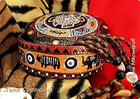 Продолжая африканскую тему для подарков дочери на день рождения, я покажу, что у меня получилось из обычной деревянной шкатулки, расписанной цветами в народном стиле. Процесс не снимала, но поверьте, что эта шкатулка годилась только на выброс.))) Побитая, поцарапанная и потресканная, но всё же деревянная. И я решила дать ей вторую жизнь. Клеила, шпаклевала, шкурила, но всё-равно дефекты были заметны, пришлось окрасить её в два слоя чёрной эмалью и рисунком исправлять погрешности. фото 1