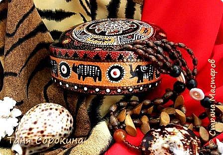 Продолжая африканскую тему для подарков дочери на день рождения, я покажу, что у меня получилось из обычной деревянной шкатулки, расписанной цветами в народном стиле. Процесс не снимала, но поверьте, что эта шкатулка годилась только на выброс.))) Побитая, поцарапанная и потресканная, но всё же деревянная. И я решила дать ей вторую жизнь. Клеила, шпаклевала, шкурила, но всё-равно дефекты были заметны, пришлось окрасить её в два слоя чёрной эмалью и рисунком исправлять погрешности. фото 9