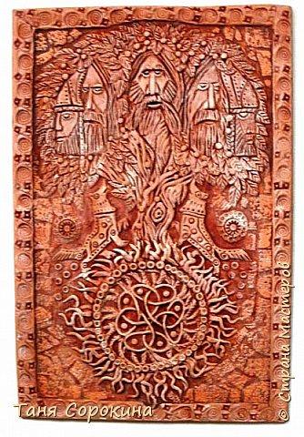 """Ну вот, слепилось у меня ещё одно настенное панно в кельтском стиле. Это оберег друидов или """"Дерево друидов"""". Рисунок не мой, нашла в каких-то раскрасках, немного его доработала, добавила в солнце символ бесконечной жизни и ещё разные мелочи. Лепила под резьбу по дереву. фото 3"""