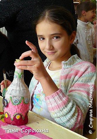 Так, как я придумала технику пейп-арт для своей студии, то и понятно, что эта техника одна из самых любимых у моих учеников. Сегодня я вам покажу работы моих учеников в украшении бутылок. Дети больше любят украшать цветным пейп-артом и добавлять в него ракушки, бусинки и всякие украшения. фото 2