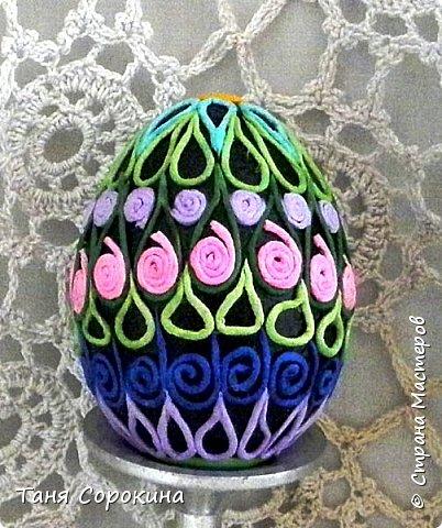 Давно хотела сделать мастер-класс по яйцам-мотанкам, но всё не хватало времени...  Сегодня постараюсь наверстать. Сделала несколько яиц в разных способах, постараюсь рассказать обо всех. Итак , нам понадобится: 1. Пустая скорлупа куриного яйца 2.Мягкая бумага, однотонные цветные бумажные салфетки 3.Клей ПВА, акриловый лак 4. Ножницы, кисть, вода фото 13