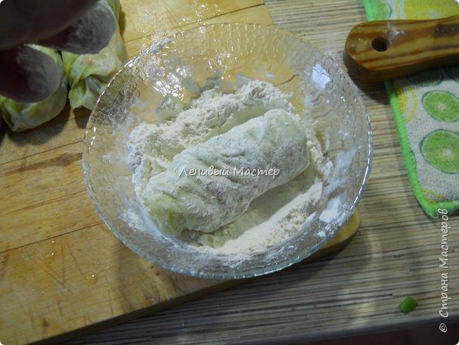 Рецепт увидел в  передаче «Небанальная кухня Павлова» на канале «Еда», кстати интересный такой дядька Павлов, много необычного и простого в готовке. И чего то захотелось их приготовить. Вряд ли буду делать это часто, потому как делается долго и нудно. Не то чтобы я большой мастер готовки, но иногда кое что получается в плане вторых блюд и салатов. Супы как то не моё наверно. Варю когда мои в отпуск уезжают, но по сравнению с тем, как готовит супруга, планка у меня пониже, щи пожиже))  Ну что же начнём пожалуй. Если есть такой МК на сайте, я его не дублирую, а просто хвастаюсь, тем, что умею немного готовить. :-))) Как вы заметили это не МК. Потому как мне не понятно, как можно найти где то рецепт, дать на него ссылку и сляпать из этого свой МАСТЕР КЛАСС. Это тоже самое, если бы я в своих видео рассказывал вам, что все эти программы я сам лично написал. Нонсенс. Ладно, мы же не про это, приступим. Предупреждаю, фото некоторых нет, потому никак мне одной рукой было фотать, да и в кляре тоже руки побывали. Так что друзья мои, воображение и ещё раз воображение.   фото 10