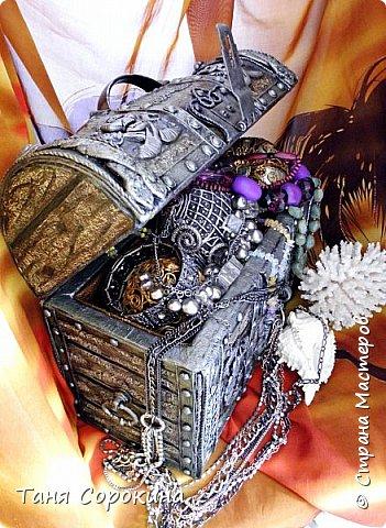 Этот сундук я сделала для первой большой книги по пейп-арту, те фотографии процесса изготовления сундука  я по понятным причинам показывать не могу, но снять его на другом фоне - вполне даже могу))). Сундук сделан из упаковочной коробки, но я так его укрепила, что вся фурнитура у него настоящая металлическая. фото 2