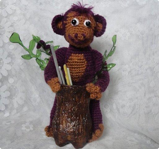 Видно настало время доделать все мои недоделки.Поскольку говорят, что в год обезьяны, у каждого должна быть своя обезьяна, вот и задумала и я ее сделать. Свою обезьяну я захотела  сделать функциональной: либо вазу, либо карандашницу. И выполнила бы быстро, если бы не увидела МК реалистичной коры дерева https://stranamasterov.ru/node/969611?c=favorite_361 И сразу  же появилось желание сделать свою обезьяну у пня...   Но нужны материалы, вдохновение..., поэтому работа была отложена.   А сейчас видно все сложилось. фото 1