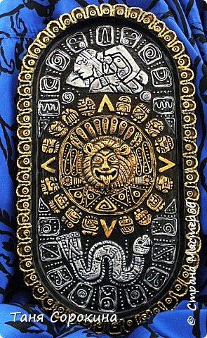 И снова я с работой из энциклопедии по пейп-арту, это настенное панно, сделано из старого металлического подноса. Книгу я писала  в 2013-14 годах, а тогда майя пророчили нам конец света, так якобы было написано на старинном календаре майя. Вот и мне захотелось сделать свой пророческий календарь майя...придумала свой язык и символы, взяла что-то из творчества племени майя и вуаля! Календарь майя!))) фото 5