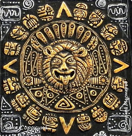 И снова я с работой из энциклопедии по пейп-арту, это настенное панно, сделано из старого металлического подноса. Книгу я писала  в 2013-14 годах, а тогда майя пророчили нам конец света, так якобы было написано на старинном календаре майя. Вот и мне захотелось сделать свой пророческий календарь майя...придумала свой язык и символы, взяла что-то из творчества племени майя и вуаля! Календарь майя!))) фото 2