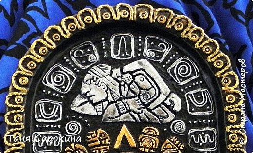 И снова я с работой из энциклопедии по пейп-арту, это настенное панно, сделано из старого металлического подноса. Книгу я писала  в 2013-14 годах, а тогда майя пророчили нам конец света, так якобы было написано на старинном календаре майя. Вот и мне захотелось сделать свой пророческий календарь майя...придумала свой язык и символы, взяла что-то из творчества племени майя и вуаля! Календарь майя!))) фото 3