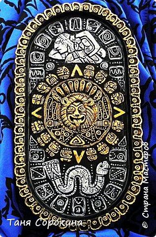 И снова я с работой из энциклопедии по пейп-арту, это настенное панно, сделано из старого металлического подноса. Книгу я писала  в 2013-14 годах, а тогда майя пророчили нам конец света, так якобы было написано на старинном календаре майя. Вот и мне захотелось сделать свой пророческий календарь майя...придумала свой язык и символы, взяла что-то из творчества племени майя и вуаля! Календарь майя!))) фото 1