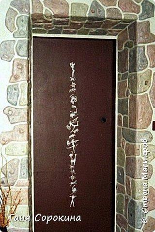 Когда-то я уже рассказывала, что сама делала гипсовый камень в украшении стен, но мастер-класс по нему не делала, вот созрела))). Обычно такой камень делается штамповкой. Делается (или покупается) силиконовая форма образца камня, заливается гипсовым раствором, сушится, красится, а потом только лепится на стены. Но у меня был особый случай, входная дверь оказалась как-бы в тоннеле, потому что к дому достроили кухню для детей, прихожую и удобства, а стена дома толщиной почти в метр...нужно было обыграть эту нишу, чтобы она стала украшением гостиной. Готовый камень тут бы не подошёл, слишком трудно его было бы подгонять, потому я решила делать камень сразу на стене. фото 1