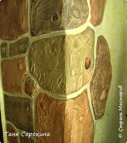 Когда-то я уже рассказывала, что сама делала гипсовый камень в украшении стен, но мастер-класс по нему не делала, вот созрела))). Обычно такой камень делается штамповкой. Делается (или покупается) силиконовая форма образца камня, заливается гипсовым раствором, сушится, красится, а потом только лепится на стены. Но у меня был особый случай, входная дверь оказалась как-бы в тоннеле, потому что к дому достроили кухню для детей, прихожую и удобства, а стена дома толщиной почти в метр...нужно было обыграть эту нишу, чтобы она стала украшением гостиной. Готовый камень тут бы не подошёл, слишком трудно его было бы подгонять, потому я решила делать камень сразу на стене. фото 6