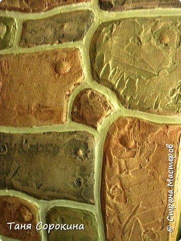 Когда-то я уже рассказывала, что сама делала гипсовый камень в украшении стен, но мастер-класс по нему не делала, вот созрела))). Обычно такой камень делается штамповкой. Делается (или покупается) силиконовая форма образца камня, заливается гипсовым раствором, сушится, красится, а потом только лепится на стены. Но у меня был особый случай, входная дверь оказалась как-бы в тоннеле, потому что к дому достроили кухню для детей, прихожую и удобства, а стена дома толщиной почти в метр...нужно было обыграть эту нишу, чтобы она стала украшением гостиной. Готовый камень тут бы не подошёл, слишком трудно его было бы подгонять, потому я решила делать камень сразу на стене. фото 4