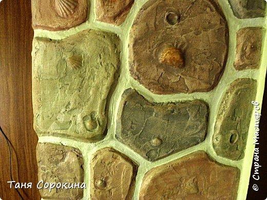 Когда-то я уже рассказывала, что сама делала гипсовый камень в украшении стен, но мастер-класс по нему не делала, вот созрела))). Обычно такой камень делается штамповкой. Делается (или покупается) силиконовая форма образца камня, заливается гипсовым раствором, сушится, красится, а потом только лепится на стены. Но у меня был особый случай, входная дверь оказалась как-бы в тоннеле, потому что к дому достроили кухню для детей, прихожую и удобства, а стена дома толщиной почти в метр...нужно было обыграть эту нишу, чтобы она стала украшением гостиной. Готовый камень тут бы не подошёл, слишком трудно его было бы подгонять, потому я решила делать камень сразу на стене. фото 5