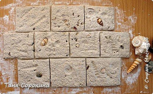 """Я вам уже сделала МК по моему методу лепки гипсового камня на стену, продолжаю предлагать разновидности самого камня. На этот раз очень красивый """"тёплый"""" ракушняк. Мало того, что делать его своими руками очень просто, ведь у всех нас точно есть в закромах хоть немного ракушек, он ещё и прекрасно вписывается почти в любой интерьер, украшает его, облагораживает, навевает мысли о тёплом море. фото 6"""