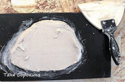 Продолжая тему гипсового камня, хочу предложить ещё его разновидность. На самом деле это древняя грязь, глина, в которую падали листья папоротника и других растений той эпохи. Грязь застыла и за множество веков превратилась в камень. Это может быть сланец, песчаник или бут, до сих пор в этих камнях находят отпечатки древних растений и насекомых. Я попробовала гипсовой шпаклёвкой имитировать бут, он бывает разных оттенков: от серого холодного до ярко жёлтого и красного. Холодные оттенки в камне мне не очень нравятся в интерьере дома, потому у меня камень в тёплых оттенках. фото 11