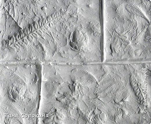 Продолжая тему гипсового камня, хочу предложить ещё его разновидность. На самом деле это древняя грязь, глина, в которую падали листья папоротника и других растений той эпохи. Грязь застыла и за множество веков превратилась в камень. Это может быть сланец, песчаник или бут, до сих пор в этих камнях находят отпечатки древних растений и насекомых. Я попробовала гипсовой шпаклёвкой имитировать бут, он бывает разных оттенков: от серого холодного до ярко жёлтого и красного. Холодные оттенки в камне мне не очень нравятся в интерьере дома, потому у меня камень в тёплых оттенках. фото 7