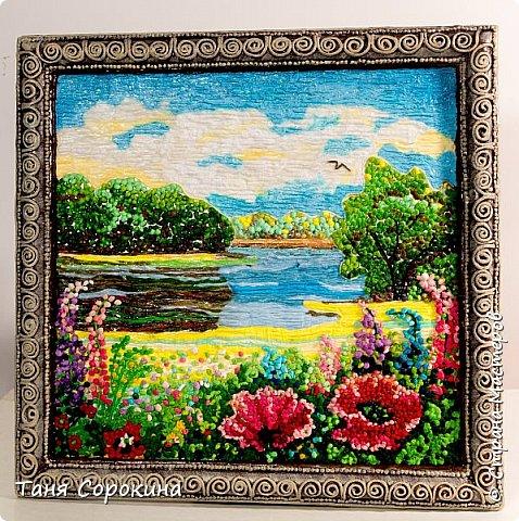 """И снова я продолжаю тему подсказок для участников конкурса """"Воспоминания о лете"""" http://stranamasterov.ru/node/1048330 . Сегодня у меня цветной пейп-арт, в котором соединены несколько способов исполнения. Небо, река и песчаный берег сделаны способом ГОФРЕ, стволы и ветви деревьев и цветов - НИТЯМИ, а цветы и кроны деревьев - ЗЕРНОМ. Лето красное рисую, Яркий тёплый летний день. Легкий ветерок подует, Заиграют свет и тень. На картине речка, лето, Утро, солнышко взошло. Из салфеток всех расцветок Поле маков расцвело. фото 5"""