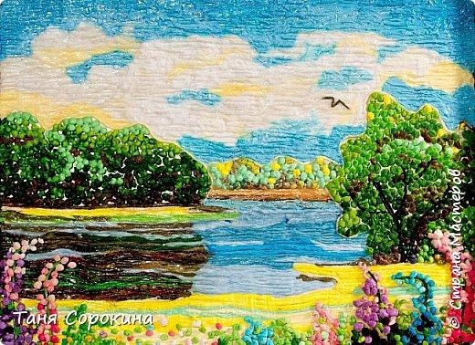 """И снова я продолжаю тему подсказок для участников конкурса """"Воспоминания о лете"""" http://stranamasterov.ru/node/1048330 . Сегодня у меня цветной пейп-арт, в котором соединены несколько способов исполнения. Небо, река и песчаный берег сделаны способом ГОФРЕ, стволы и ветви деревьев и цветов - НИТЯМИ, а цветы и кроны деревьев - ЗЕРНОМ. Лето красное рисую, Яркий тёплый летний день. Легкий ветерок подует, Заиграют свет и тень. На картине речка, лето, Утро, солнышко взошло. Из салфеток всех расцветок Поле маков расцвело. фото 2"""