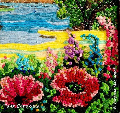 """И снова я продолжаю тему подсказок для участников конкурса """"Воспоминания о лете"""" http://stranamasterov.ru/node/1048330 . Сегодня у меня цветной пейп-арт, в котором соединены несколько способов исполнения. Небо, река и песчаный берег сделаны способом ГОФРЕ, стволы и ветви деревьев и цветов - НИТЯМИ, а цветы и кроны деревьев - ЗЕРНОМ. Лето красное рисую, Яркий тёплый летний день. Легкий ветерок подует, Заиграют свет и тень. На картине речка, лето, Утро, солнышко взошло. Из салфеток всех расцветок Поле маков расцвело. фото 4"""