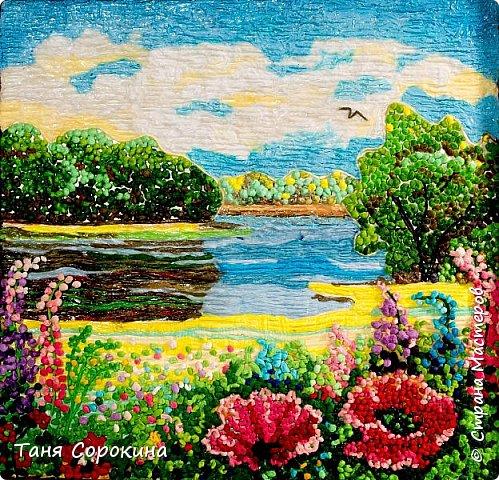 """И снова я продолжаю тему подсказок для участников конкурса """"Воспоминания о лете"""" http://stranamasterov.ru/node/1048330 . Сегодня у меня цветной пейп-арт, в котором соединены несколько способов исполнения. Небо, река и песчаный берег сделаны способом ГОФРЕ, стволы и ветви деревьев и цветов - НИТЯМИ, а цветы и кроны деревьев - ЗЕРНОМ. Лето красное рисую, Яркий тёплый летний день. Легкий ветерок подует, Заиграют свет и тень. На картине речка, лето, Утро, солнышко взошло. Из салфеток всех расцветок Поле маков расцвело. фото 1"""