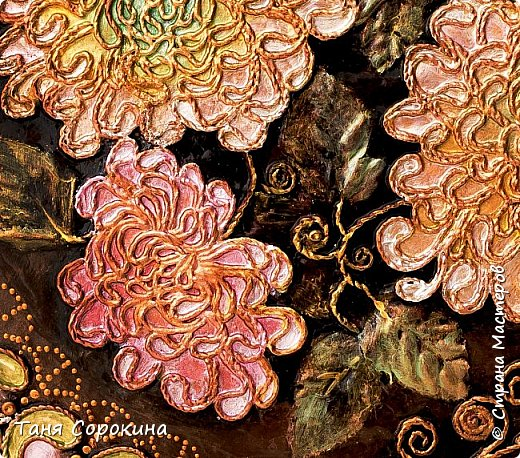 """Не проста шкатулка эта, Хоть мала на первый взгляд. Весь из музыки и света В ней цветёт эдемский сад.  И снова я к вам с работой для вдохновения в конкурсе """"Воспоминания о лете"""" http://stranamasterov.ru/node/1048330 .  На этот раз это шкатулка в форме яблочка, которая делалась с нуля. Пыталась имитировать металл с перламутром. фото 6"""