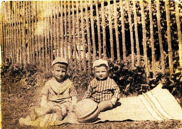 """В прошлом, 2015 году, я с женой и сыном решили съездить в мою родную деревню, где они ни разу не были. Деревня находится в Тверской обл., на берегу озера Селигер - жемчужины средней полосы. Где я собственно родился и откуда мои родители меня вынужденно, когда мне было 3 года, переселили на север, где я нахожусь, вынужденно, уже 46 лет. Но бывали с братом там каждое лето у бабушки по три, а то и по четыре месяца. Красота!!! Бабушки не стало в 85 году. И вплоть до 2007 года ездили уже с дочерью и бывшей женой.  Последний раз я был там в 2009 году и то проездом 2 недели после Белоруссии, забрал дочь, она отдыхала там с подругой.  Можно было по итогам поездки сделать пост, но как говорится быстро сказка сказывается, да не быстро дело делается… То одно, то другое, ну да не мне вам рассказывать. Тем более фоторепортаж с кондочка не делается, по крайней мере у меня. Тяп-ляп мастер - это не я. Делать нужно или хорошо или никак. Наверно это моё кредо. Помните к/ф """"12 стульев"""", Бендер спросил у героя, которого играл  Крамаров:  — Ваше политическое кредо? — Всегда :-) Всё должно быть органично, и фото и сопровождающий их текст. Мне нужно интересно рассказать, чтобы вам было интересно читать. И поэтому, я начал готовить пост ещё в мае-июне перед отпуском в этом году. Началось всё с более чем 300 фото, но подумал, вы ни в чём не виноваты, чтобы столько смотреть. Потому,  путём перетасовок и совмещения фото, осталась жалкая кучка, всего лишь 80 фото. Мне легче писать, да и вам легче смотреть, читая. Вы наверно сидите и думаете, когда же фото будут, что он всё тарахтит и тарахтит? Тоже мне Ленивым зовётся. Так тарахтеть - не мешки ворочать. Смотри на фото, да пиши, что в голову пришло. Ну ладно, ладно. Вот и фото подоспели. Наша бабушка, папина мама, в белом платочке. А это мы на руках у родителей, полагаю что ещё жили в деревне фото 2"""