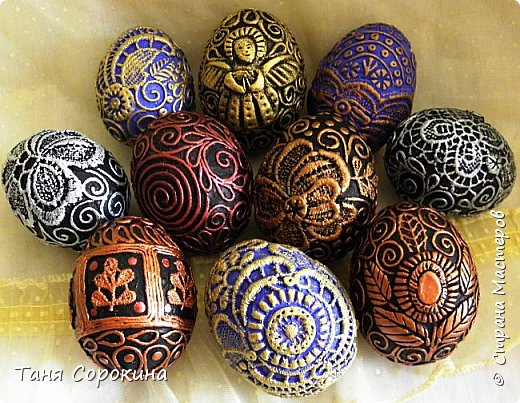 Продолжая тему Пасхи, хочу показать, как я в этом году готовилась к этому событию. Кроме того, что сделала достаточно много небольших яиц, я украсила ещё большие керамические, но отсняла не все...к сожалению.  Это китайское керамическое яйцо (12см высотой) лежало у меня в закромах облупленное, при помощи техники пейп-арт, лепки и акриловых красок, получилось такое... фото 15