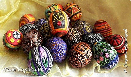Продолжая тему Пасхи, хочу показать, как я в этом году готовилась к этому событию. Кроме того, что сделала достаточно много небольших яиц, я украсила ещё большие керамические, но отсняла не все...к сожалению.  Это китайское керамическое яйцо (12см высотой) лежало у меня в закромах облупленное, при помощи техники пейп-арт, лепки и акриловых красок, получилось такое... фото 17
