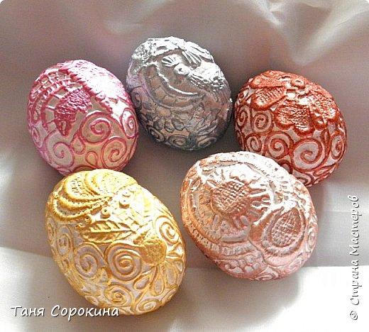 Продолжая тему Пасхи, хочу показать, как я в этом году готовилась к этому событию. Кроме того, что сделала достаточно много небольших яиц, я украсила ещё большие керамические, но отсняла не все...к сожалению.  Это китайское керамическое яйцо (12см высотой) лежало у меня в закромах облупленное, при помощи техники пейп-арт, лепки и акриловых красок, получилось такое... фото 16