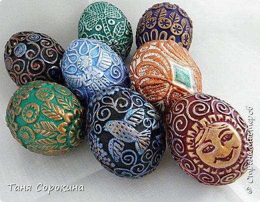 Продолжая тему Пасхи, хочу показать, как я в этом году готовилась к этому событию. Кроме того, что сделала достаточно много небольших яиц, я украсила ещё большие керамические, но отсняла не все...к сожалению.  Это китайское керамическое яйцо (12см высотой) лежало у меня в закромах облупленное, при помощи техники пейп-арт, лепки и акриловых красок, получилось такое... фото 7