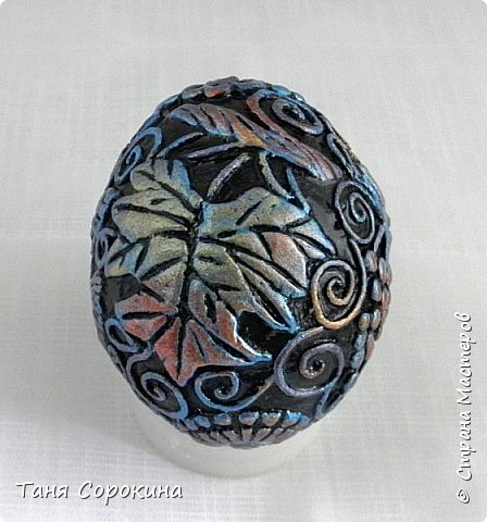 Продолжая тему Пасхи, хочу показать, как я в этом году готовилась к этому событию. Кроме того, что сделала достаточно много небольших яиц, я украсила ещё большие керамические, но отсняла не все...к сожалению.  Это китайское керамическое яйцо (12см высотой) лежало у меня в закромах облупленное, при помощи техники пейп-арт, лепки и акриловых красок, получилось такое... фото 10