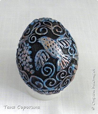 Продолжая тему Пасхи, хочу показать, как я в этом году готовилась к этому событию. Кроме того, что сделала достаточно много небольших яиц, я украсила ещё большие керамические, но отсняла не все...к сожалению.  Это китайское керамическое яйцо (12см высотой) лежало у меня в закромах облупленное, при помощи техники пейп-арт, лепки и акриловых красок, получилось такое... фото 9