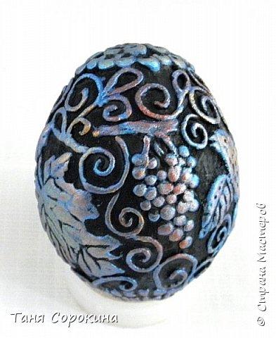 Продолжая тему Пасхи, хочу показать, как я в этом году готовилась к этому событию. Кроме того, что сделала достаточно много небольших яиц, я украсила ещё большие керамические, но отсняла не все...к сожалению.  Это китайское керамическое яйцо (12см высотой) лежало у меня в закромах облупленное, при помощи техники пейп-арт, лепки и акриловых красок, получилось такое... фото 8
