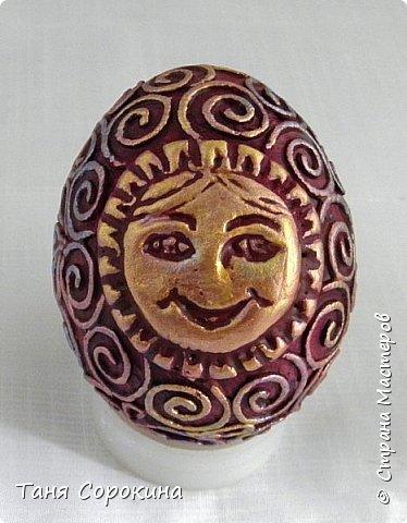 Продолжая тему Пасхи, хочу показать, как я в этом году готовилась к этому событию. Кроме того, что сделала достаточно много небольших яиц, я украсила ещё большие керамические, но отсняла не все...к сожалению.  Это китайское керамическое яйцо (12см высотой) лежало у меня в закромах облупленное, при помощи техники пейп-арт, лепки и акриловых красок, получилось такое... фото 11