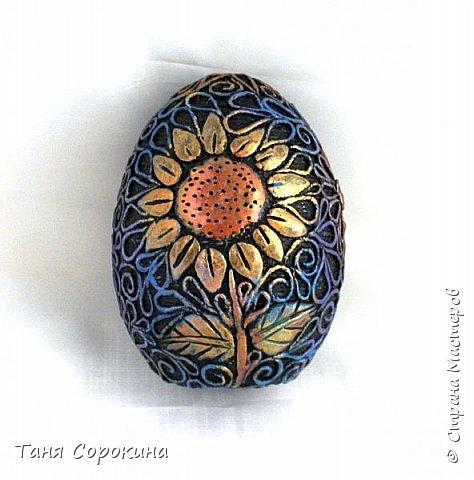 Продолжая тему Пасхи, хочу показать, как я в этом году готовилась к этому событию. Кроме того, что сделала достаточно много небольших яиц, я украсила ещё большие керамические, но отсняла не все...к сожалению.  Это китайское керамическое яйцо (12см высотой) лежало у меня в закромах облупленное, при помощи техники пейп-арт, лепки и акриловых красок, получилось такое... фото 1