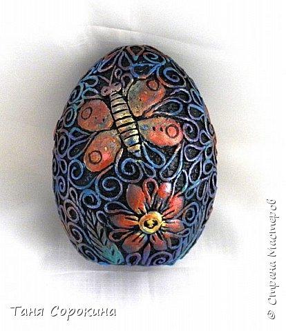 Продолжая тему Пасхи, хочу показать, как я в этом году готовилась к этому событию. Кроме того, что сделала достаточно много небольших яиц, я украсила ещё большие керамические, но отсняла не все...к сожалению.  Это китайское керамическое яйцо (12см высотой) лежало у меня в закромах облупленное, при помощи техники пейп-арт, лепки и акриловых красок, получилось такое... фото 2