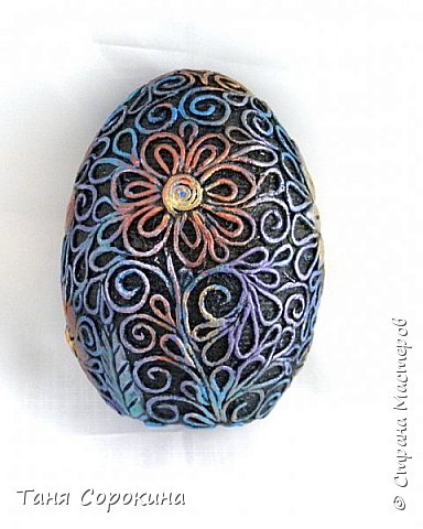 Продолжая тему Пасхи, хочу показать, как я в этом году готовилась к этому событию. Кроме того, что сделала достаточно много небольших яиц, я украсила ещё большие керамические, но отсняла не все...к сожалению.  Это китайское керамическое яйцо (12см высотой) лежало у меня в закромах облупленное, при помощи техники пейп-арт, лепки и акриловых красок, получилось такое... фото 3