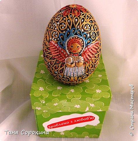 Продолжая тему Пасхи, хочу показать, как я в этом году готовилась к этому событию. Кроме того, что сделала достаточно много небольших яиц, я украсила ещё большие керамические, но отсняла не все...к сожалению.  Это китайское керамическое яйцо (12см высотой) лежало у меня в закромах облупленное, при помощи техники пейп-арт, лепки и акриловых красок, получилось такое... фото 5