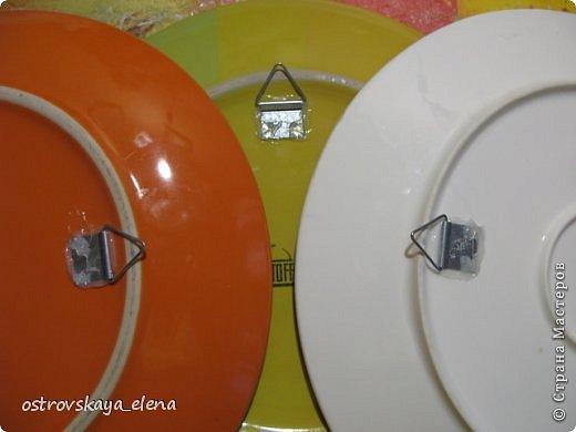 Доброго времени суток уважаемые мастера! Встречались в Стране работы, связанные с декором тарелок и во многих случаях эти тарелки на фотографиях запечатлены стоящими на столе на специальной подставке. И совсем мало сведений о том, как повесить на стену декоративные тарелки, разве что есть в МК у Львовны и у tammillys (Тамары). Недавно увидел на телеканале «Бобёр» как легко и просто повесили тарелку на стену. Поэтому я решил собрать в одном месте немного материала о разных способах. Что-то от себя, а что-то от других мастеров. За что им спасибо. Надеюсь будет полезно и вам.  фото 11